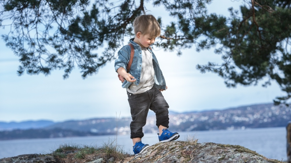 SS16 Hobbit blue, boy on rock-204720-edited