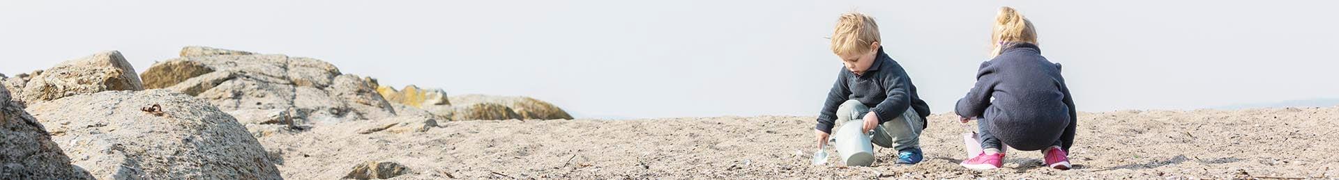 Gutt_og_pike_på_stranden_1920x259
